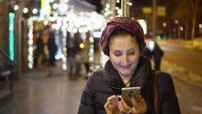 Kvinna som använder smartphonen i staden arkivfilmer