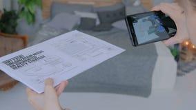 Kvinna som använder smartphonen med ökad verklighet app stock video