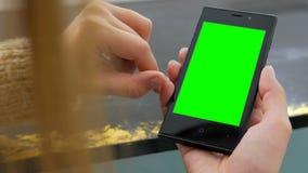 Kvinna som använder smartphonen med den gröna skärmen Royaltyfri Fotografi