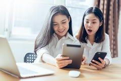 Kvinna som använder smartphonen och minnestavlan på internetlivsstilen arkivbild
