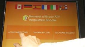 Kvinna som använder språk för bitcoinmaskinitalienare Royaltyfria Bilder