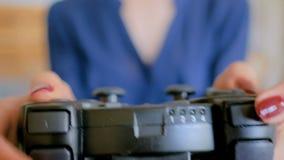 Kvinna som använder styrspaken eller gamepad arkivfilmer