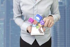 Kvinna som använder symboler för app för färg för rörande skärm för smartphonefinger Royaltyfri Bild
