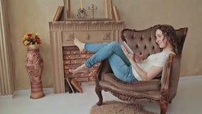 Kvinna som använder tableten arkivfilmer
