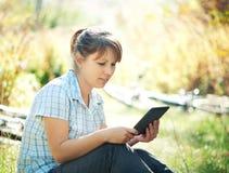 Kvinna som använder tabletPCEN Arkivfoto