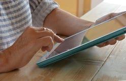 Kvinna som använder teknologi, en minnestavla, närbild av händer arkivfoton