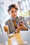 Kvinna som använder telefonen fotografering för bildbyråer