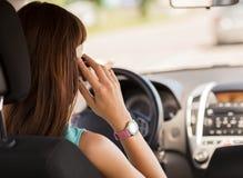Kvinna som använder telefonen, medan köra bilen Royaltyfri Bild