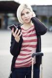 Kvinna som använder telefonen, när resa med kollektivtrafik Royaltyfri Bild