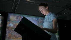 Kvinna som använder växelverkande pekskärmskärm på museet för modern historia lager videofilmer