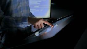 Kvinna som använder växelverkande pekskärmskärm på museet för modern historia stock video