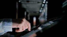 Kvinna som använder växelverkande pekskärmskärm på museet för modern historia arkivfilmer