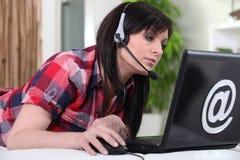 Kvinna som använder VOIP Arkivbild