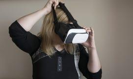 Kvinna som använder VR-hörlurar med mikrofon Royaltyfri Bild