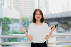 Kvinna som anv?nder smartphonen, under fritid Begreppet av att anv?nda telefonen royaltyfri bild