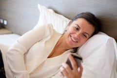 Kvinna som använder henne smartphone Arkivbild