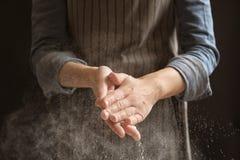 Kvinna som applåderar händer och strilar mjöl arkivbild