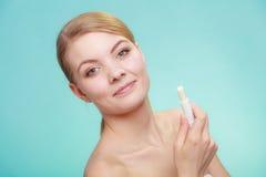 Kvinna som applicerar balsam för kanter royaltyfri fotografi