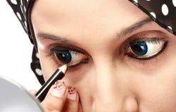 Kvinna som applicerar eyeliner Royaltyfri Fotografi