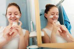 Kvinna som applicerar fukta hudkräm Skincare Fotografering för Bildbyråer