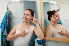 Kvinna som applicerar fukta hudkräm Skincare Arkivfoto