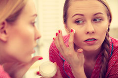 Kvinna som applicerar fukta hudkräm Skincare Royaltyfria Bilder