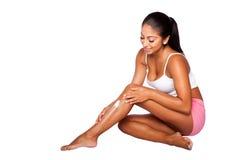 Kvinna som applicerar fukta lotion Royaltyfri Fotografi