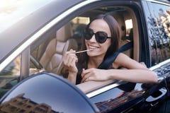Kvinna som applicerar kanter med läppstift royaltyfri bild