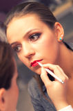 Kvinna som applicerar läppstift Royaltyfri Bild