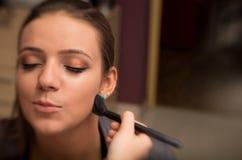 Kvinna som applicerar makeup Royaltyfri Foto