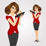 Kvinna som applicerar makeup med ögonblyertspennan Fotografering för Bildbyråer