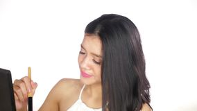 Kvinna som applicerar makeup med borsten på kind lager videofilmer