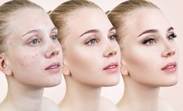Kvinna som applicerar makeup vid moment arkivbild