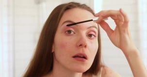 Kvinna som applicerar mascaraögonfransspegeln lager videofilmer