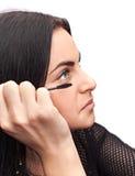 Kvinna som applicerar mascara Royaltyfri Bild