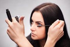 Kvinna som applicerar mascara Royaltyfri Foto