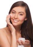 Kvinna som applicerar moisturizing kräm Royaltyfria Foton