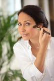 Kvinna som applicerar rodnad Royaltyfri Foto