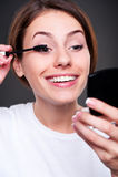 Kvinna som applicerar smink Royaltyfria Foton