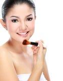 Kvinna som applicerar smink Arkivfoton