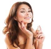 Kvinna som applicerar smink royaltyfri foto