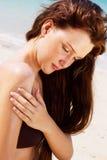 Kvinna som applicerar solbrännalotion Royaltyfri Fotografi