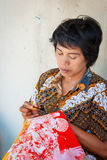 Kvinna som applicerar vaxet på batik Royaltyfria Bilder