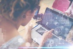 Kvinna som arbetar det Wood tabellbegreppet för modern skrivbords- anteckningsbok Kontochef Researching Process Affär Team Startu Arkivbild