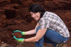 Kvinna som arbetar i den trädgårds- mitten som composting, arkivfoto