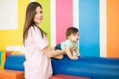Kvinna som arbetar i en barnterapimitt fotografering för bildbyråer