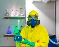 Kvinna som arbetar i kemiskt laboratorium Royaltyfria Bilder