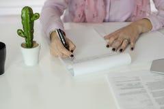 Kvinna som arbetar i oficcen arkivfoto