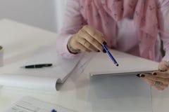 Kvinna som arbetar i oficcen arkivbild