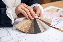Kvinna som arbetar med färgpaletten arkivbild